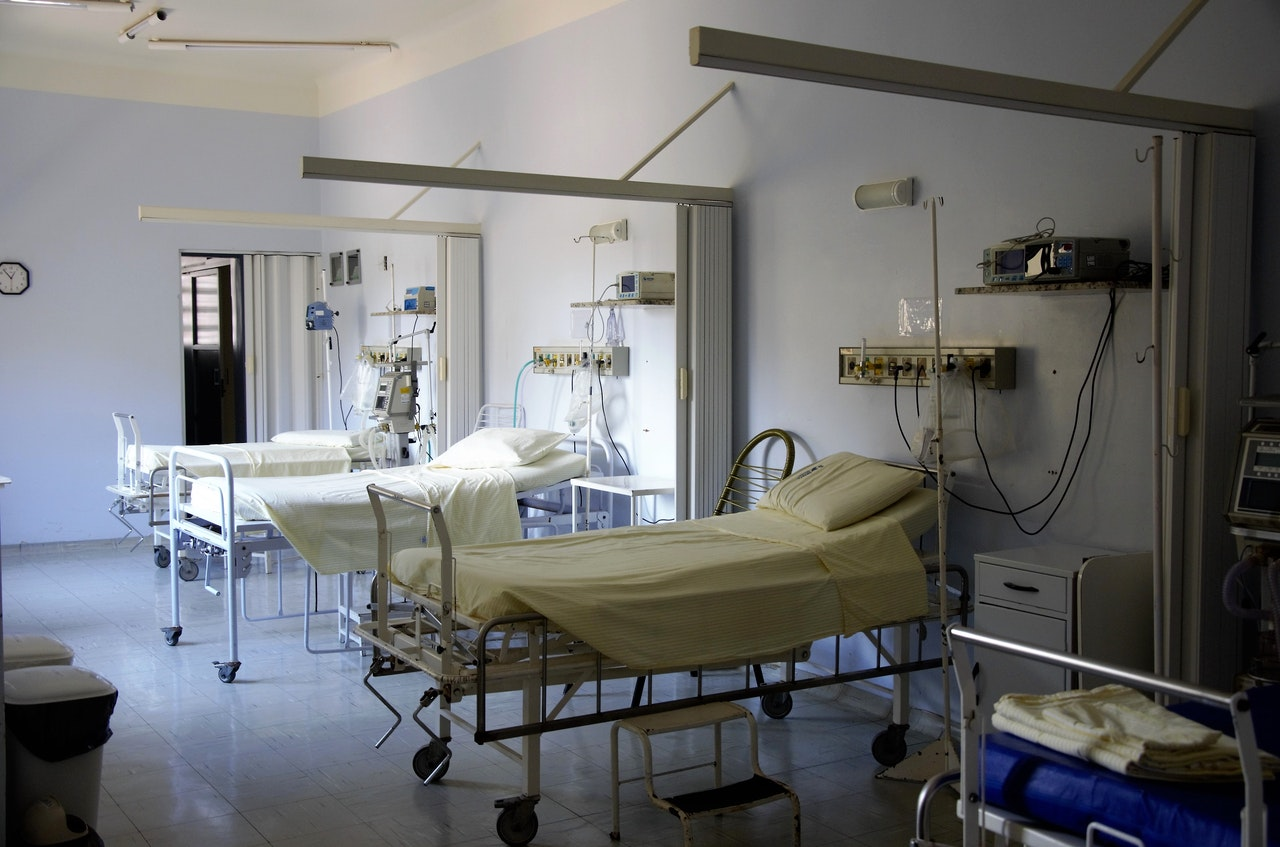 bed-empty-equipments-floor-236380